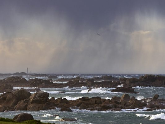 La mer en hiver , rochers de Kerlouan , Finistère , Bretagne