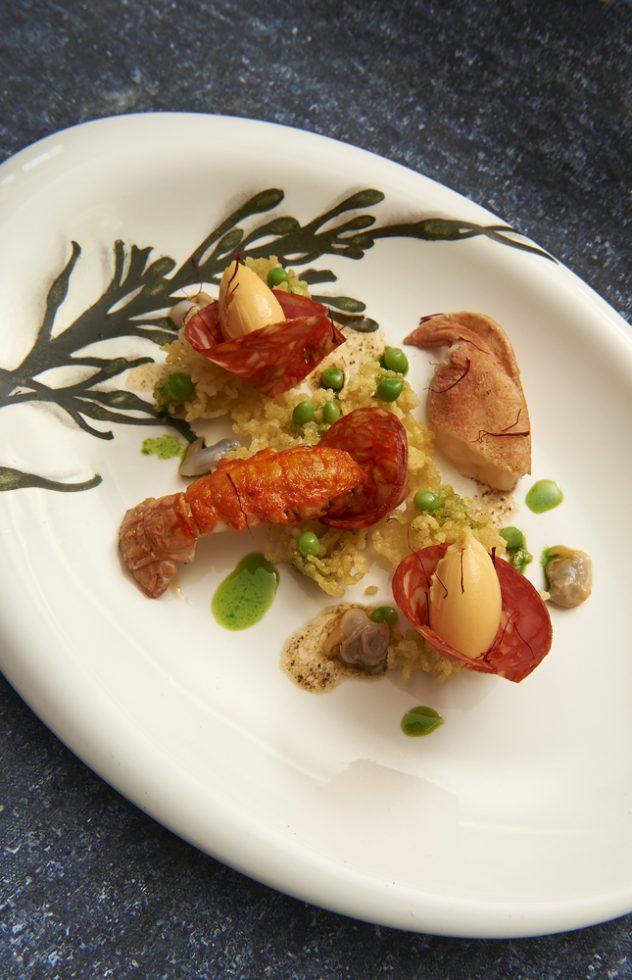 Paella de riz soufflé,glace au safran,coques et chorizo , Olivier Bellin , céramiste Claudine Kerbrat
