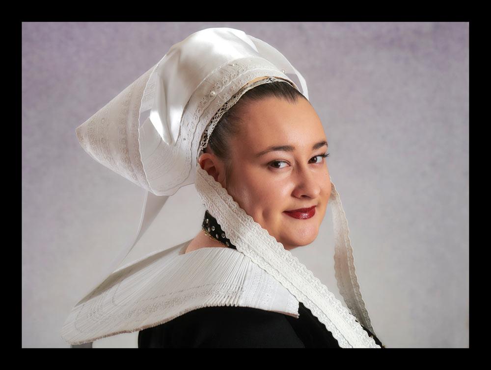 exposition photo le costume de Concarneau à la loupe