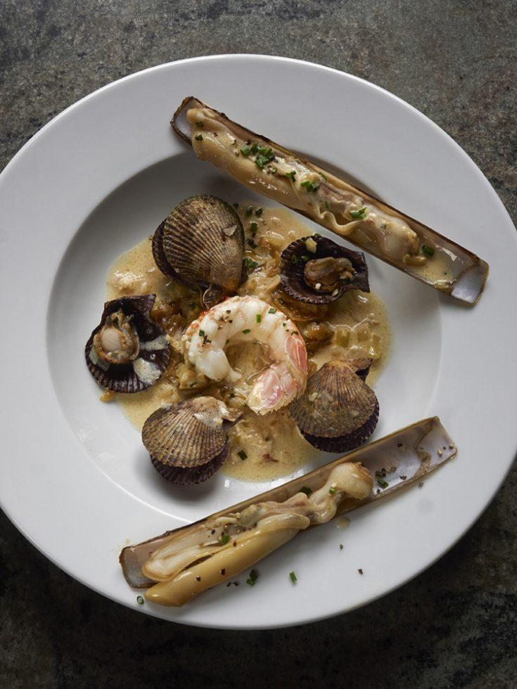 Langoustines,pétoncles noires et couteaux en marinière au thym citron Henri Pellen